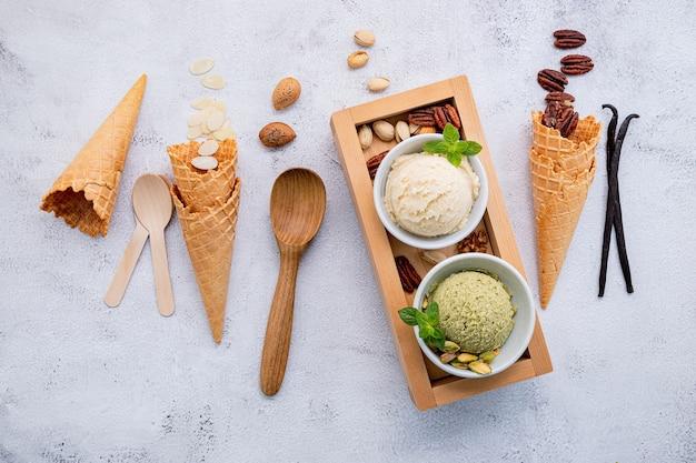 Фисташковое и ванильное мороженое в мисках