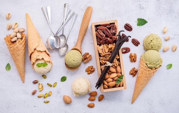 Фисташковое и ванильное мороженое в вафельных рожках