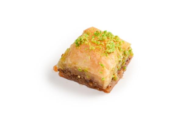 Пахлава фисташковая на белом фоне. десерт.