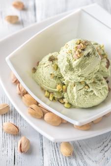 Фисташковое мороженое в миске
