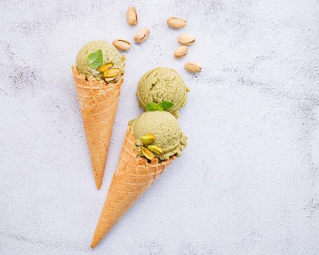 Фисташковое мороженое в вафельных рожках