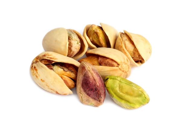 白い背景で隔離のピスタチオナッツ