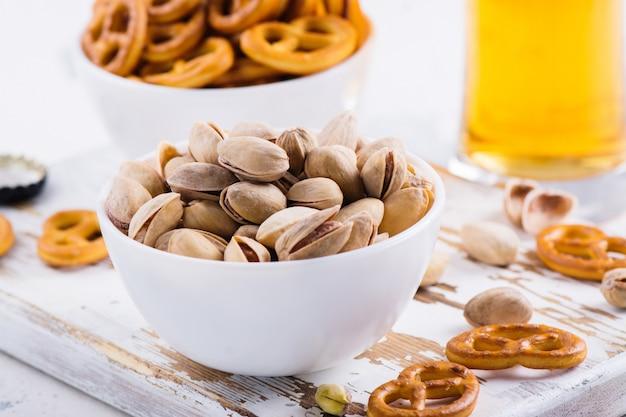 Фисташковые орехи на деревянной доске