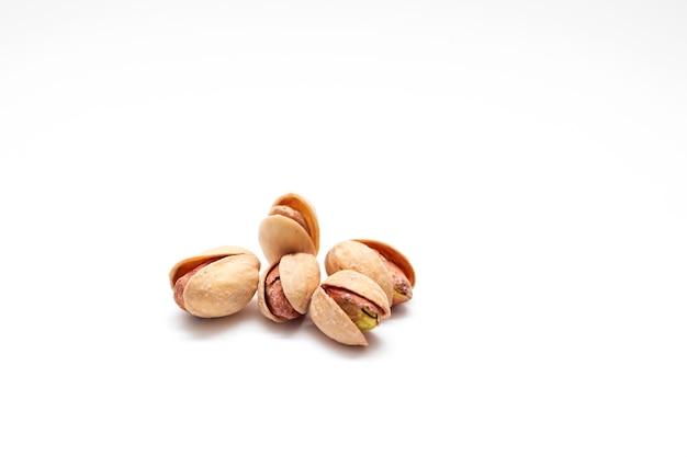 白い背景に分離されたピスタチオ。塩漬けピスタチオナッツ。