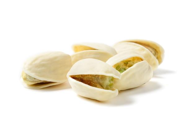白い背景に分離されたピスタチオ。健康的なナッツのコンセプト