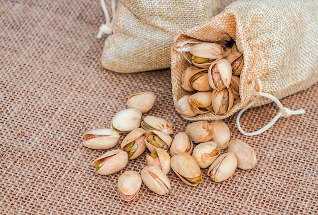 ピスタチオ(pistacia vera)が袋からこぼれ、袋の表面に