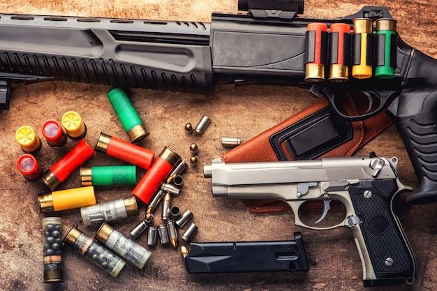 Пулеметные пули и магазин усыпаны на деревянный стол
