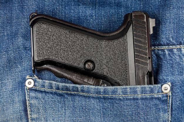 청바지 주머니에 권총입니다.