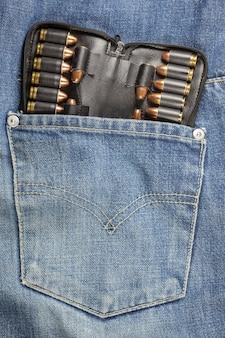 Пистолет в кармане джинсов.