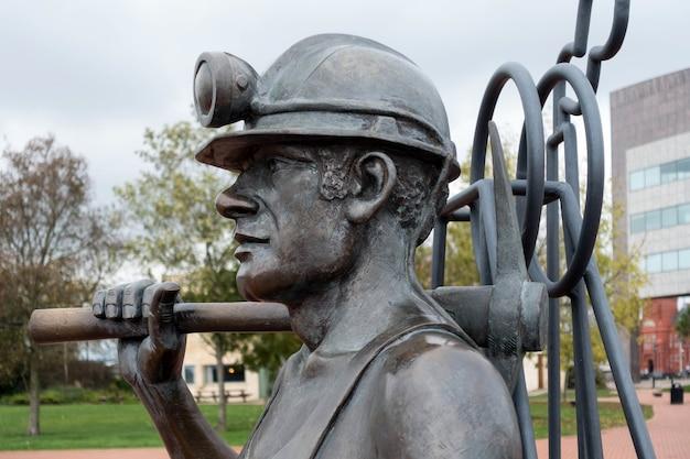 Скульптура шахтера из карьера в порт кардиффский залив