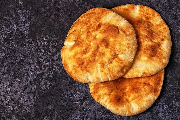 暗いテーブルの上のピタパン