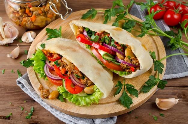 肉、豆、野菜のピタパンサンドイッチ