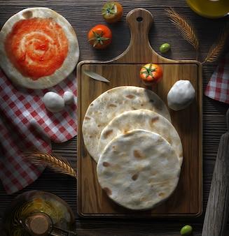 나무 판자에 토마토와 모짜렐라를 넣은 피타 빵