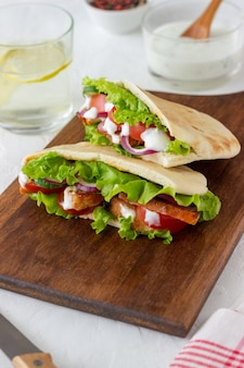 Pita with chicken, tomatoes, cucumbers, onions, salad and white sauce. doner kebab. healthy eating. diet.
