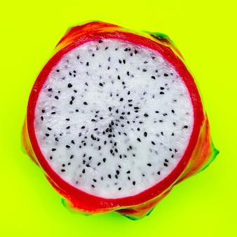 ピタハヤまたはドラゴンフルーツ。最小限のエキゾチックなフルーツのコンセプト