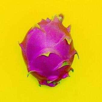 노란색 배경에 pitahaya 또는 용 과일입니다. 최소한의