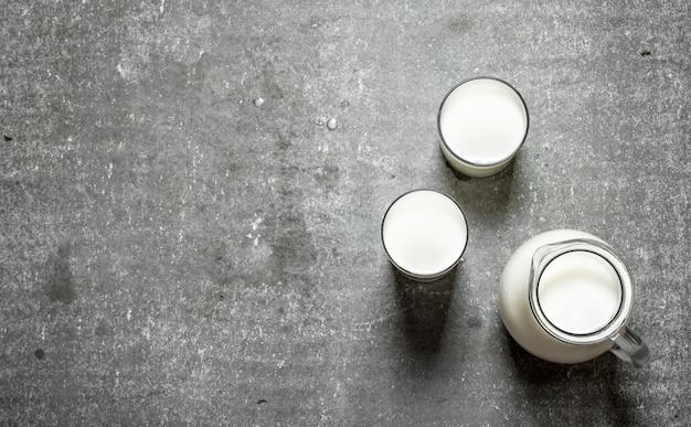 ピッチャーとミルクのグラス。
