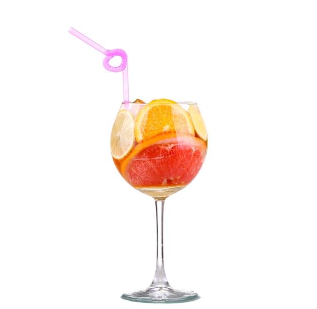 白い背景にオレンジとキウイのレモンスライスとさわやかな飲み物とピッチャー
