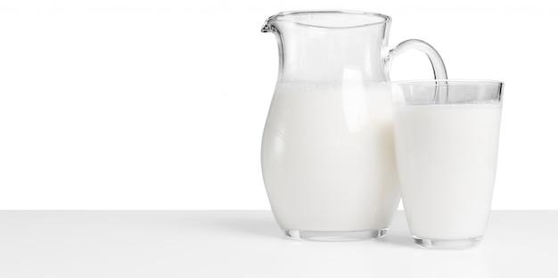 いくつかの牛乳とピッチャー