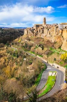 Питильяно, средневековый город на вершине холма в тоскане, италия