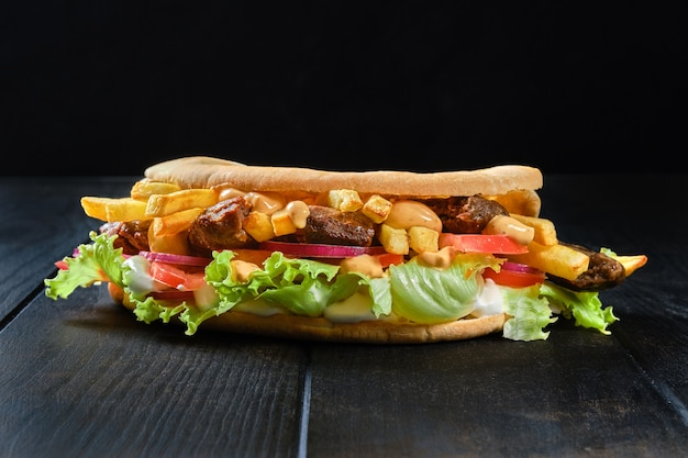 Хлеб питта, фаршированный салатом, помидорами, луком, картофелем фри и бараниной