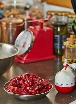 Вишня без косточек готова в миске для пирога. пошаговый рецепт.