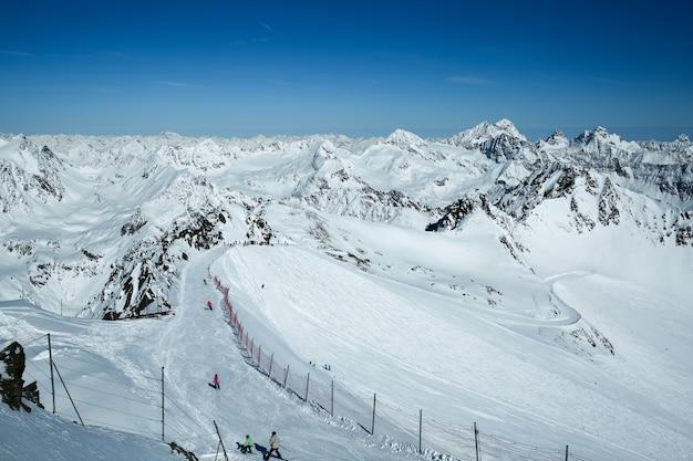 冬の風景、スキー場とスキーリフトのあるスキーリゾートのパノラマ。アルプス。オーストリア。 pitztaler gletscher。ワイルドスピッツバーン