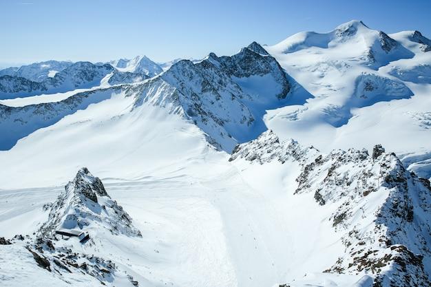 冬の風景、スキー場のあるスキーリゾートのパノラマ。アルプス。オーストリア。 pitztaler gletscher。ワイルドスピッツバーン