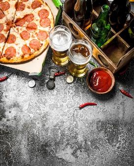 ピザの背景。ビールとペパロニ。