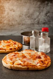 핫도그와 치즈를 곁들인 피자 베이컨 햄 모형 조미료는 소금