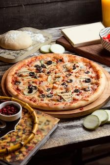 테이블에 피자 capricciosa