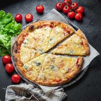 Пицца сырный 4 сыра фастфуд ассорти порция на столе