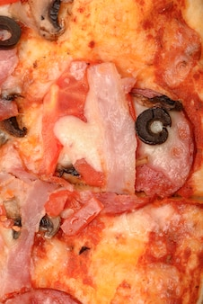 背景としてのピザのクローズアップ。
