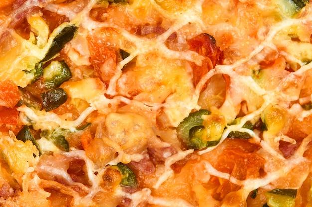 ピザをクローズアップ。野菜ピザのクローズアップ。明るく美味しいフィリング