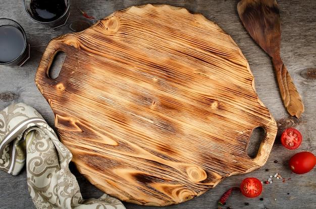 木製の背景にピザまな板
