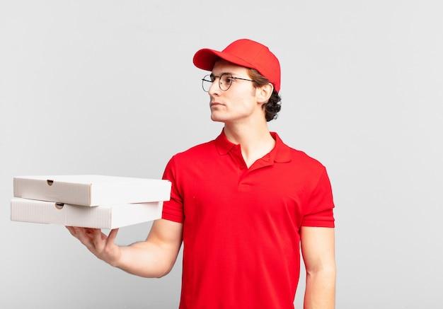 피자는 앞으로 공간을 복사하고 생각하고 상상하거나 공상을 하려고 프로필 보기에서 소년을 배달합니다.