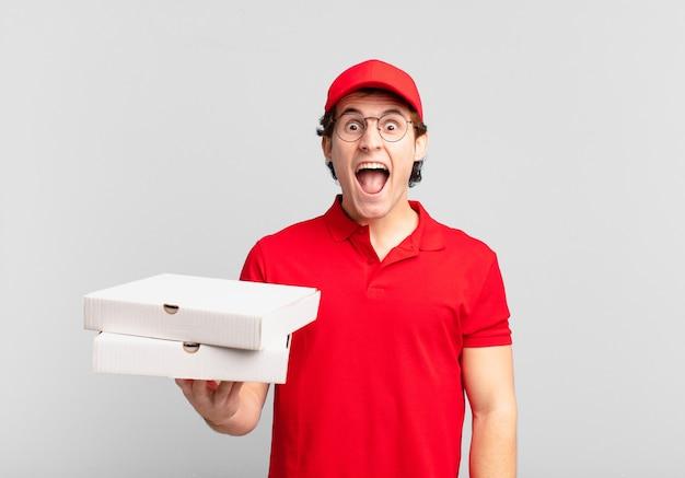 ピザは、少年が積極的に叫び、非常に怒っている、イライラしている、憤慨している、またはイライラしているように見え、叫んでいない