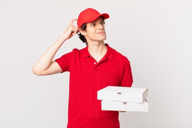 Пицца доставить мужчину, чувствуя недоумение и растерянность, почесывая голову
