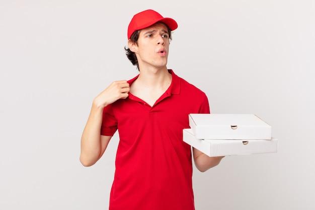 Пицца доставляет мужчине, который чувствует стресс, беспокойство, усталость и разочарование