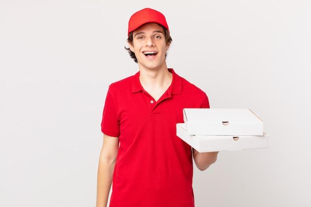 Доставщик пиццы выглядит счастливым и приятно удивленным
