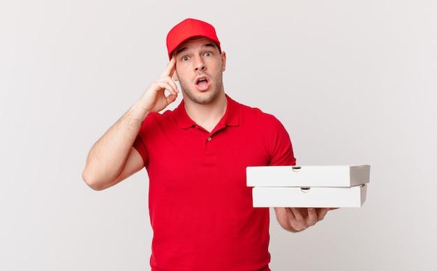 ピザは、驚き、口を開いて、ショックを受け、新しい考え、アイデア、または概念を実現しているように見える男性を提供します