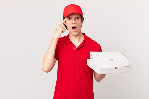 Доставить пиццу человек выглядит удивленным, осознавая новую мысль, идею или концепцию