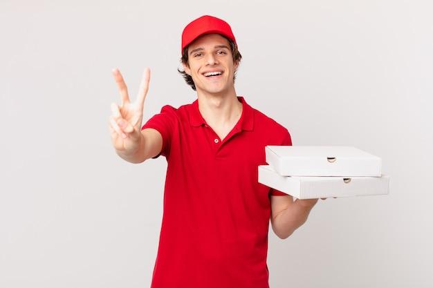 Доставщик пиццы улыбается и выглядит дружелюбно, показывая номер два
