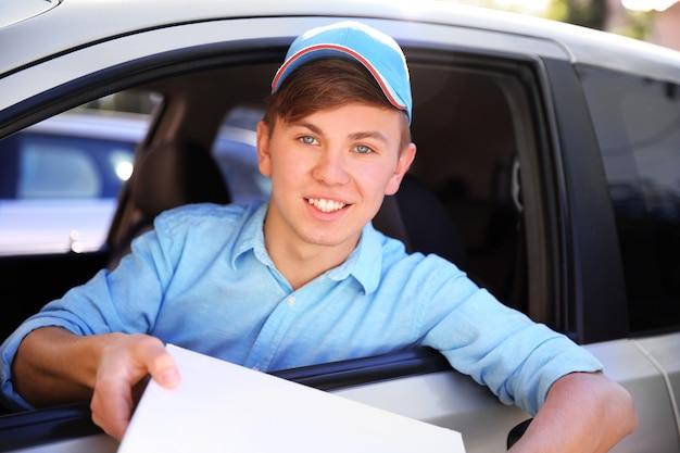 Доставщик пиццы в машине, крупный план