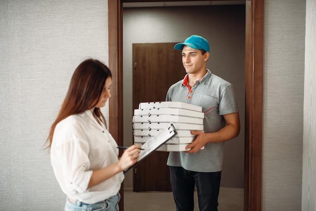 ピザ配達の少年がお客様からチップを受け取ります