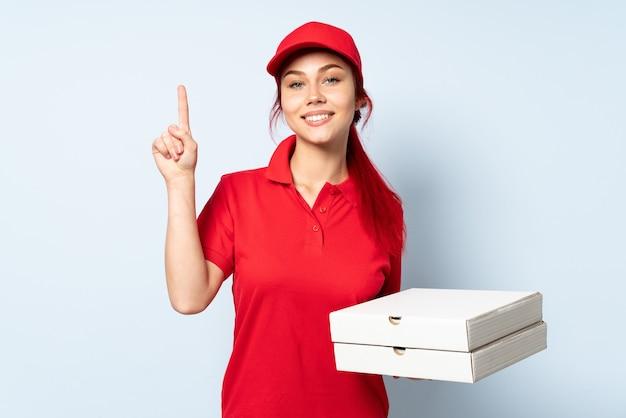 ピザを持っているピザ配達の女の子