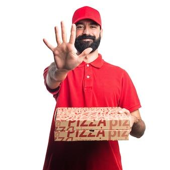Uomo di consegna pizza che conta cinque