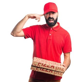 Человек доставки пиццы делает сумасшедший жест