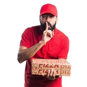 Uomo di consegna pizza che fa gesto di silenzio