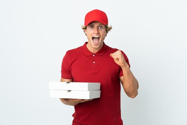 Доставщик пиццы на изолированном белом фоне празднует победу в позиции победителя
